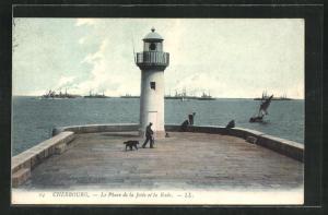AK Cherbourg, Blick auf Leuchtturm vor Vorplatz aus gesehen Richtung Meer, Le Phard de la Jetee et la Rade