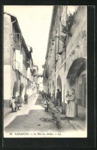 AK Tarascon, La Rue des Halles, Arkaden