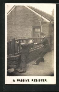 AK A Passive Resister, Polizist zieht einen Halunken vom Zaun