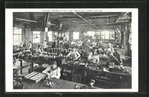 AK London, Siemens Brothers & Co., Fabrikarbeiter stellen Telegrafiermaschinen her