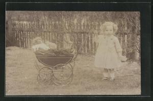 Foto-AK Kleines Mädchen mit einem Puppenwagen