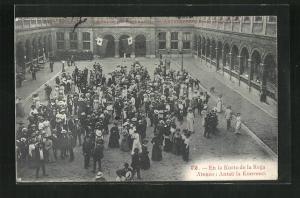 AK Antwerpen, Kongreso de Esperanto, Teilnehmer versammeln sich in einem Innenhof
