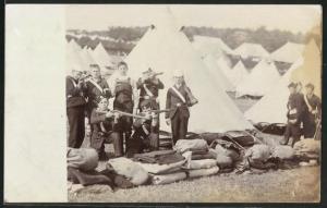 AK Kadetten mit Gewehren vor einem Zeltlager