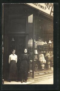 Foto-AK Inhaberin und Verkäuferin vor dem Geschäft
