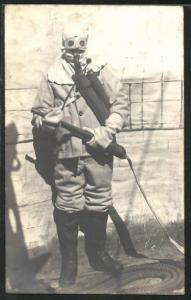 AK Feuerwehrmann im Rauchschutzanzug mit Löschschlauch