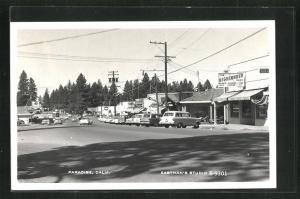 AK Paradise, CA, Strassenansicht mit Tankstelle und The Highlander Shop