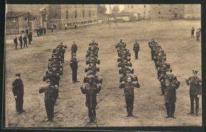 AK Münster / Westf., Kriegsgefangene bei Sportübungen und Soldaten in Uniformen