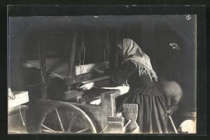Foto-AK Teppichknüpferin am Webstuhl