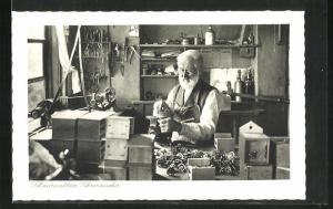 AK Schwarzwälder Uhrenmacher bei der Arbeit
