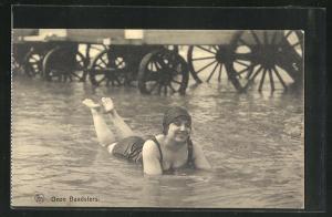 AK Onze Baadsters, Hübsche Dame liegt im Wasser