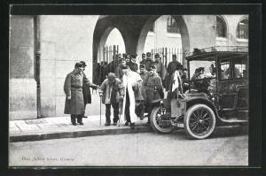 AK Kriegsgefangener wird zu einem Automobil geleitet