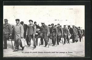 AK Un groupe de grand blesses allemands avant leur passage en Suisse
