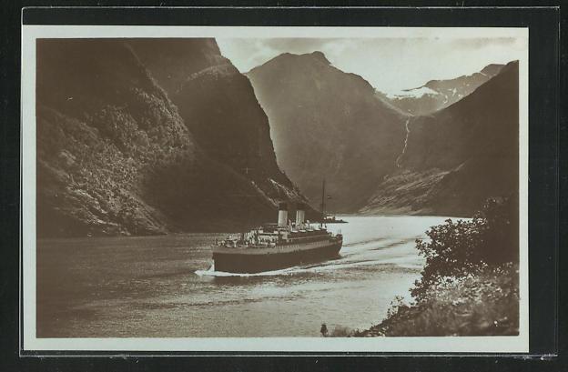 AK Passagierschiff Monte Sarmiento in einem Fjord einfahrend 0