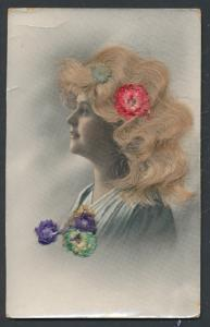 Echt-Haar-AK Junge Dame mit blonden Haaren und Blumen
