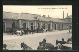 AK La Roche-sur-Yon, La Cour de la Gare, Bahnhof