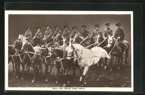 AK Royal Army Service Corps Display, Britische Soldaten in Uniformen zu Pferde
