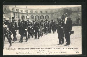 AK Versailles, Funerailles nationales des Victimes du Dirigeable Republique 1909, Le Ministre de la Guerre et Officier