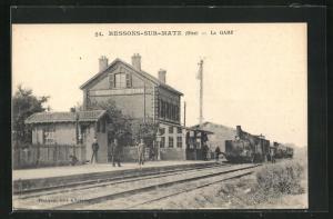 AK Ressons-sur-Matz, La Gare, Bahnhof mit einfahrendem Zug