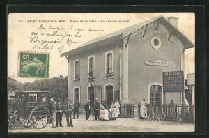 AK Saint-Aubin-sur-Mer, Place de la Gare, Kutsche des Hotel de la Marine vor dem Bahnhof