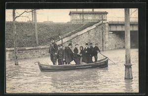 AK Saint Denis, Un des canots transbordeurs, Hochwasser 1910