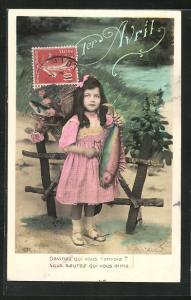 AK Glückwunschkarte 1. April, Mädchen hält grossen Fisch in der Hand