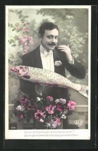 AK Mann im eleganten Anzug hält einen grossen Fisch in der Hand, Glückwünsche zum 1. April