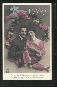 AK Paar im Blumenkranz mit Fisch in der Hand, Glückwunschkarte zum 1. April