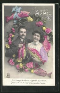 AK Paar im blumigen Rahmen mit Fischen in der Hand, Gruss zum 1. April