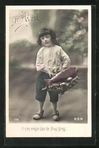 AK Junge trägt einen grossen Fisch in seinem Korb, Glückwunschkarte zum 1. April