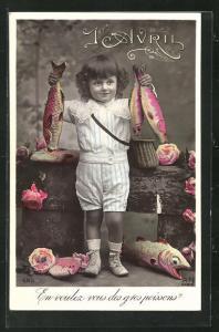 AK Glückwunschkarte 1. April, Junge zeigt stolze seine Fische