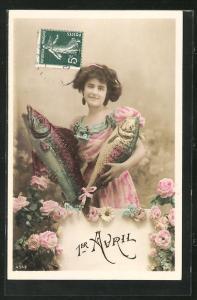 AK Glückwunschkarte zum 1. April, Junge Frau hält zwei grosse Fische in den Armen