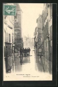 AK Puteaux, Hochwasser Januar 1910, überflutete Strasse, Einwohner auf einem Floss