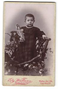 Fotografie Edg. Wallnau, Berlin-N, Portrait Kleinkind mit Puppe