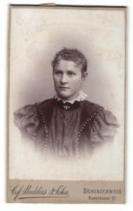 Fotografie C. F. Beddies & Sohn, Braunschweig, Frau im Kleid mit Puffärmeln