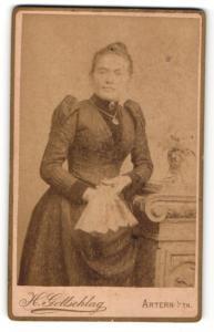 Fotografie H. Gottschlag, Artern i/Th., Frau im Kleid stehend mit Fächer in der Hand und Halskette mit Amulett