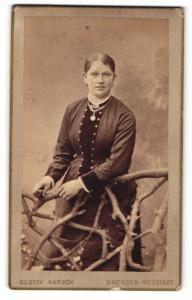 Fotografie Gustav Karsch, Dresden-Neustadt, Frau im Kleid hinter Holzzaun stehend mit Halskette und Amulett