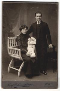 Fotografie Josef Ohlenschlager, Wien, Portrait Mann u. Frau mit Baby in eleganter Kleidung