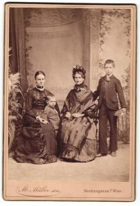 Fotografie M. Müller sen., Wien, Portrait zwei Damen mit zwei Jungen in festlicher Kleidung