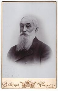 Fotografie Cabinet, unbekannter Ort, Portrait alter Mann im Mantel mit Bart