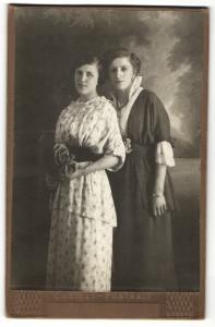 Fotografie Cabinet, unbekannter Ort, Portrait zwei Damen mit zeitgenössischen Frisuren in hübscher Kleidung