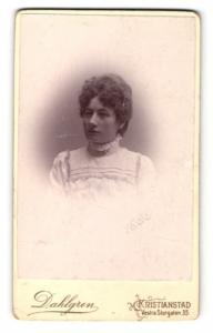 Fotografie Dahlgren, Kristianstad, Portrait junge hübsche Dame in hübscher Kleidung