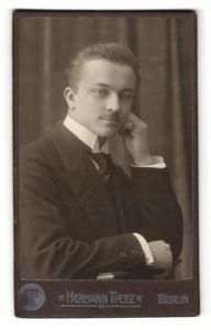 Fotografie Hermann Tietz, Berlin, Portrait eleganter junger Herr im Anzug mit Krawatte