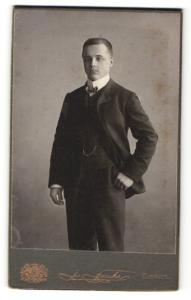 Fotografie J. Fuchs, Berlin, Portrait eleganter junger Herr im Anzug