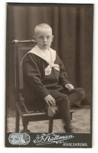 Fotografie D. F. Källman, Karlskrona, Portrait frecher blonder Bube mit kurzem Haar im Matrosenanzug