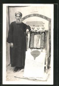 AK Rabbiner mit Tora-Rolle in Synagoge