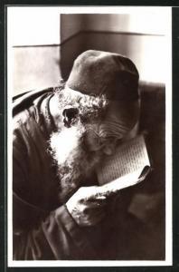 AK Israeli liest im heiligen Buch