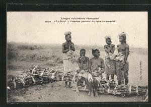 AK Sénégal, afrikanische halbnackte Frauen tragen Holz zum Markt