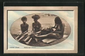 Präge-AK Sierra Leone, Native Hair Dresser, afrikanische halbnackte Frauen beim Friseur