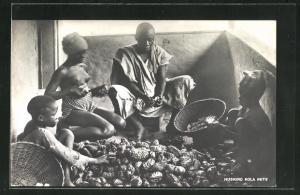 AK afrikanische nackte Frau beim Sortieren von Nüssen