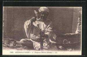 AK Alter arabischer Schmied in der Werkstatt arbeitend